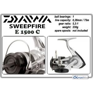 Катушка DAIWA SweepFire E 1500C (подшип.:1, ёмкость шпули:0.280мм./ 75м., передача:5.3:1, вес:230г.)